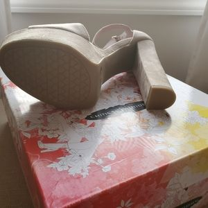 Chinese Laundry Shoes - Chinese Laundry Beige Avenue 2 Sandals Size 9.5